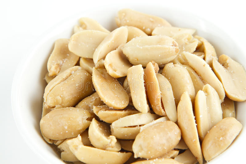 Amendoins que secam no prato branco imagens de stock