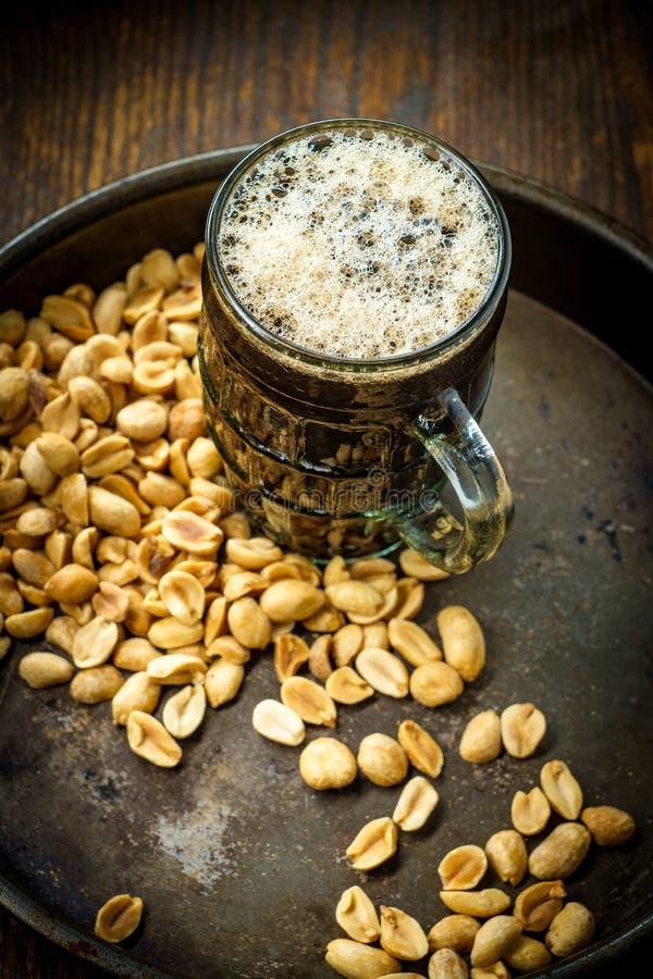 Amendoins salgados da cerveja espumoso fotos de stock