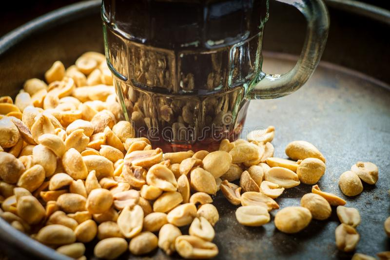 Amendoins salgados da cerveja espumoso foto de stock royalty free
