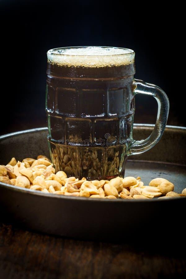 Amendoins salgados da cerveja espumoso imagem de stock royalty free