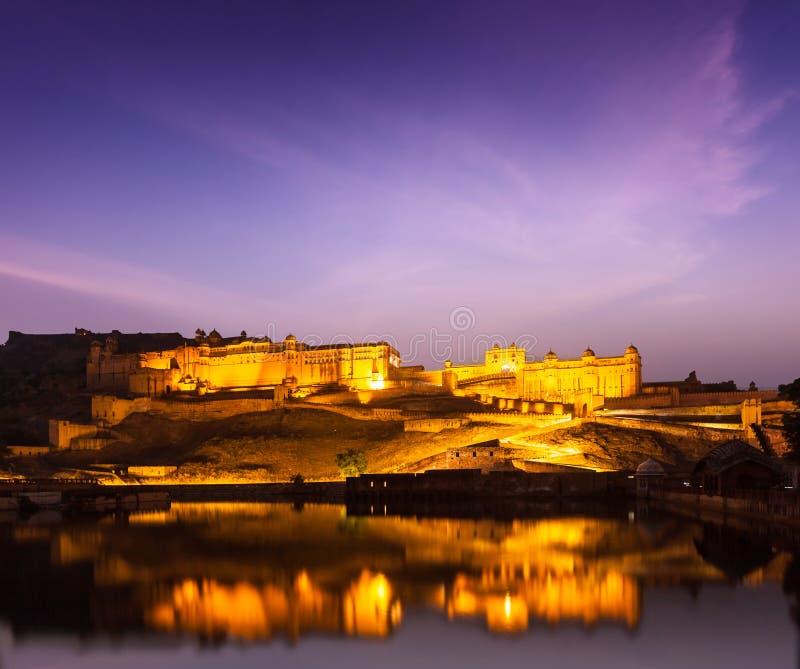 Amer Fort (Amber Fort) på natten i skymning.  Jaipur Rajastan, fotografering för bildbyråer