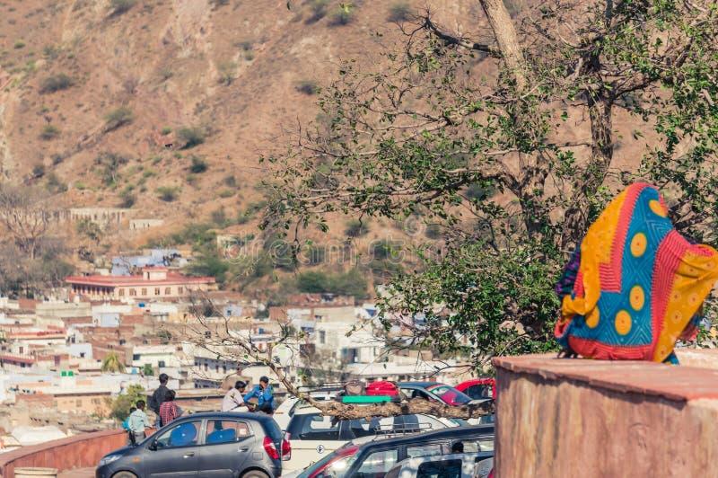 AMER, INDIEN - 8. FEBRUAR 2014 - Ansicht der indischen Stadt Amer nahe Jaipur mit lokalen Leuten und Autos stockfotografie