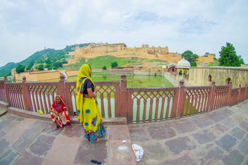 Amer Indien - September 19, 2017: Oidentifierade kvinnor som går och tycker om sikten av Maota sjön i Amber Fort i Jaipur royaltyfri bild