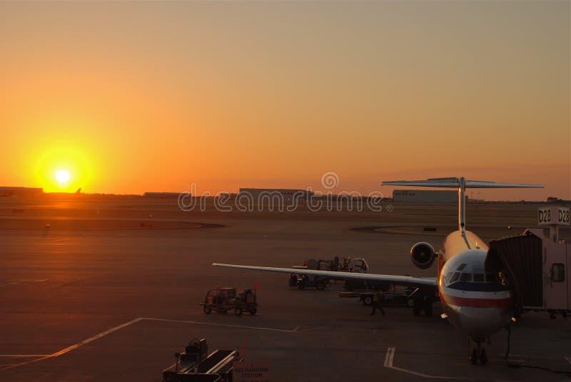 Amercan Fluglinien-Jumbojet am Sonnenuntergang lizenzfreies stockfoto