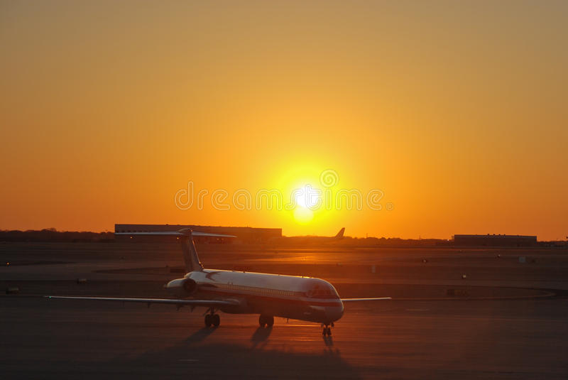 Amercan Fluglinien-Jumbojet am Sonnenuntergang stockbild
