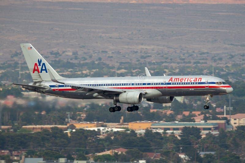 American Airlines Boeing 757 aerei commerciali dell'aereo di linea sull'approccio a terra all'aeroporto internazionale di McCarra fotografia stock libera da diritti