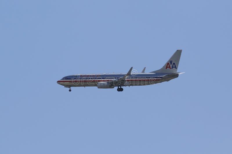 American Airlines Boeing 737 en el aeropuerto inminente de Guardia del La del cielo de Nueva York fotografía de archivo libre de regalías