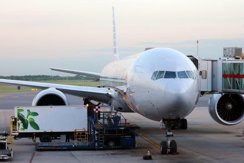 American Airlines Boeing 777 en la puerta en el aeropuerto Buenos Aires la Argentina de Ezeiza imagen de archivo