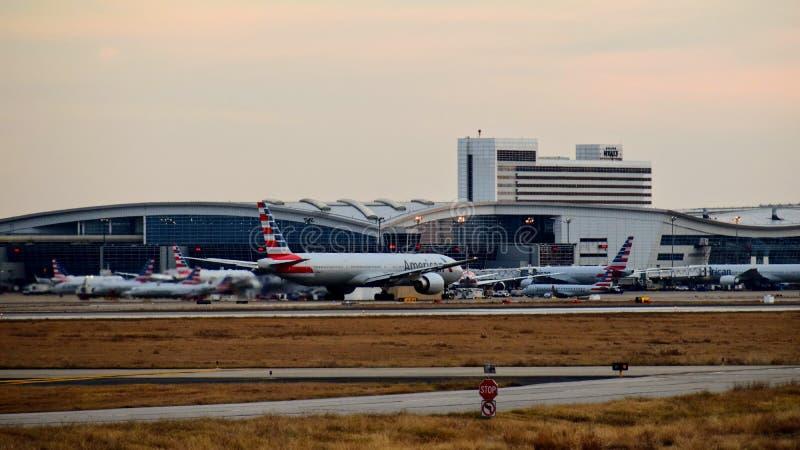 American Airlines Boeing 777 flygplan som är klart för start royaltyfri foto