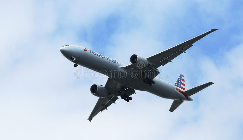 American Airlines Boeing 777 i New York himmel, innan att landa på JFK-flygplatsen arkivfoto