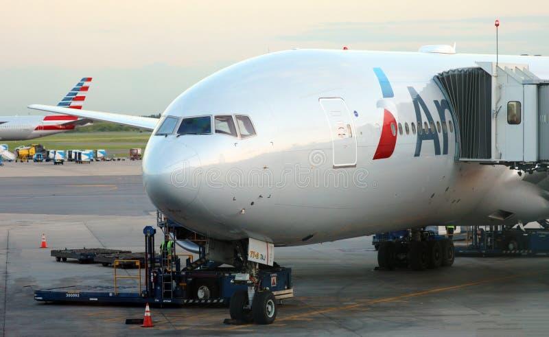 American Airlines Boeing 777 na porta no aeroporto Buenos Aires Argentina de Ezeiza fotos de stock royalty free