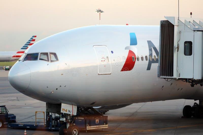 American Airlines Boeing 777 na porta no aeroporto Buenos Aires Argentina de Ezeiza fotografia de stock royalty free