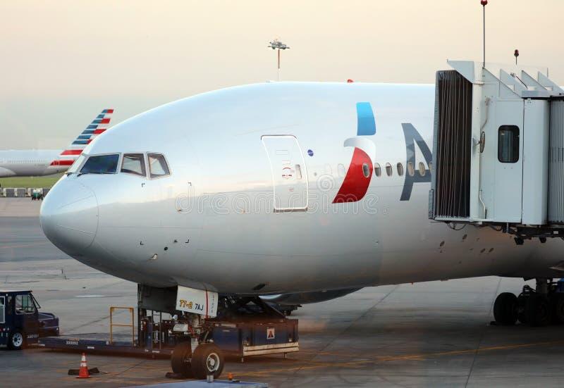American Airlines Boeing 777 na porta no aeroporto Buenos Aires Argentina de Ezeiza fotos de stock