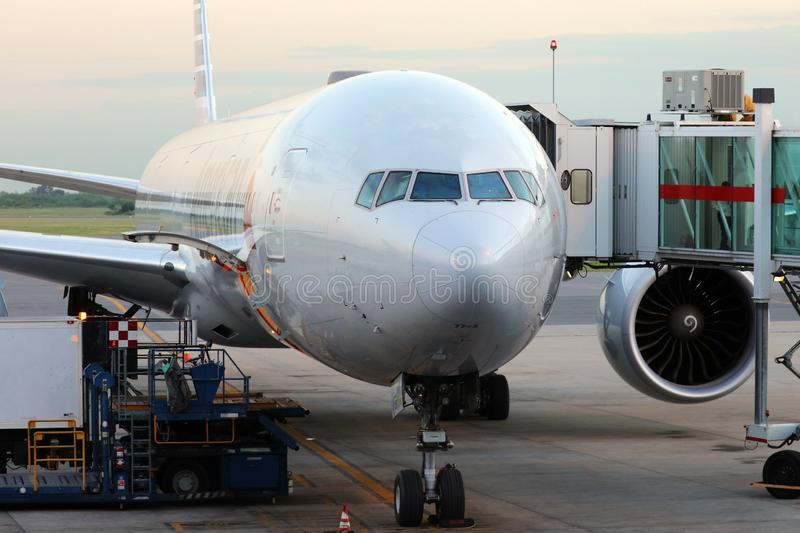 American Airlines boeing 777 på porten i den Ezeiza flygplatsen Buenos Aires Argentina royaltyfri foto