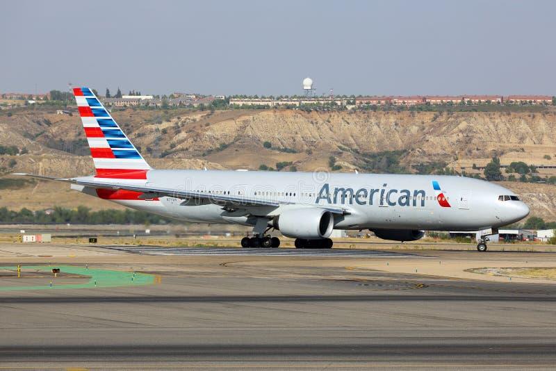 American airlines Boeing 777-200 som åker taxi på den Madrid Barajas Adolfo Suarez flygplatsen arkivfoto