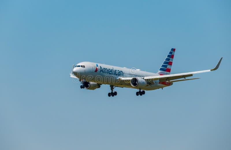 American airlines företagsflygplan som förbereder sig för att landa på dagtid i internationell flygplats arkivfoton