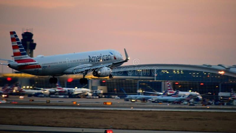 American Airlines flygbussflygplan som in kommer för en landning arkivbild
