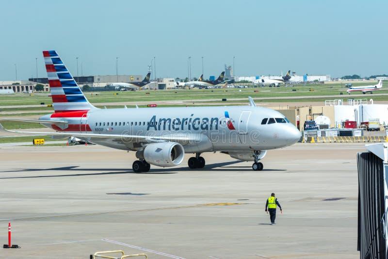 American Airlines flygplan som åker taxi på flygplatsen fotografering för bildbyråer