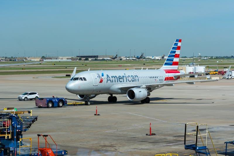 American Airlines flygplan som flyttar sig på nivån royaltyfria bilder