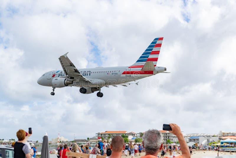 American Airlines flygplanflygbuss 319 som förbereder sig att landa på SXM arkivbilder