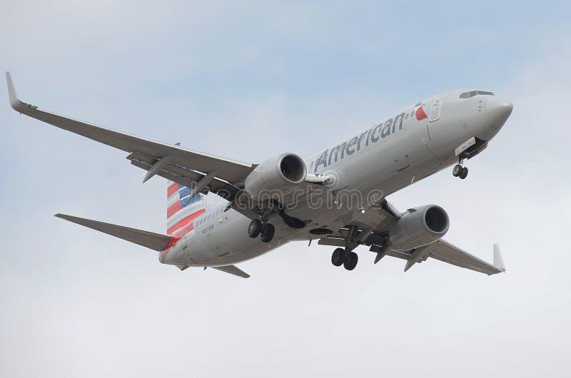 American Airlines flygplanlandning på himmelhamnflygplatsen arkivbild