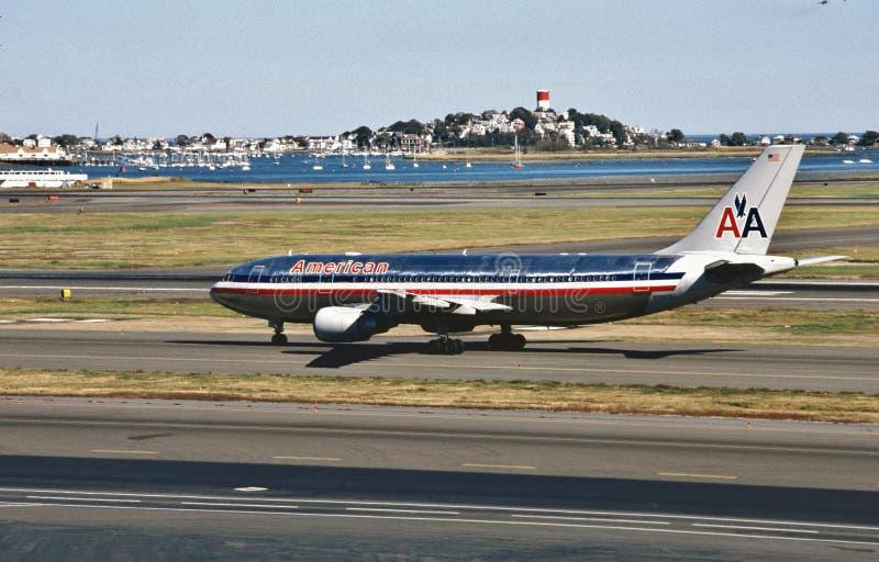 American Airlines-Luchtbus A300 die in Bostons Logan International Airport op 4 November, 1998 na een vlucht van Miami landen stock afbeelding