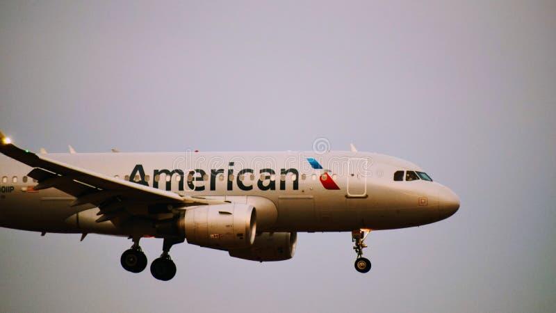 American Airlines-Luchtbusvliegtuig die binnen voor het landen komen royalty-vrije stock foto