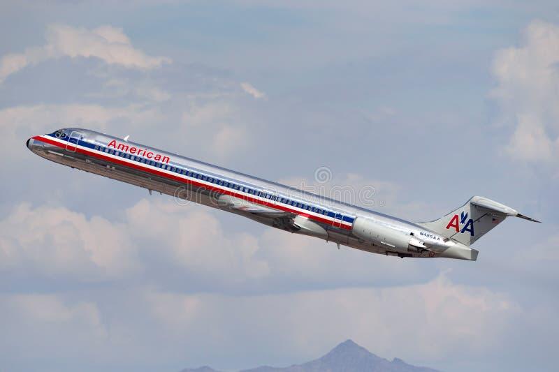 American Airlines McDonnell Douglas M.D.-82 vliegtuig die van de Internationale Luchthaven van McCarran in Las Vegas opstijgen royalty-vrije stock foto