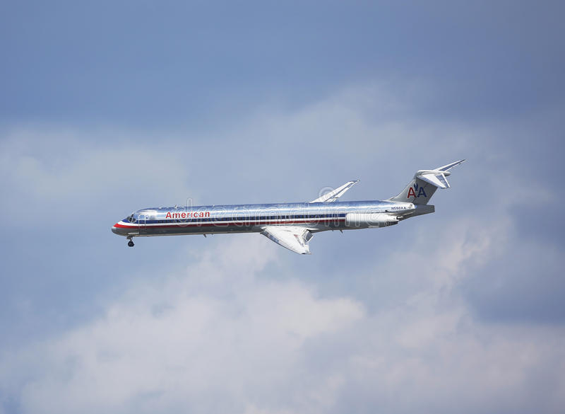 American Airlines McDonnell Douglas MD-83 en el cielo de Nueva York antes de aterrizar en el aeropuerto de Guardia del La imagen de archivo libre de regalías