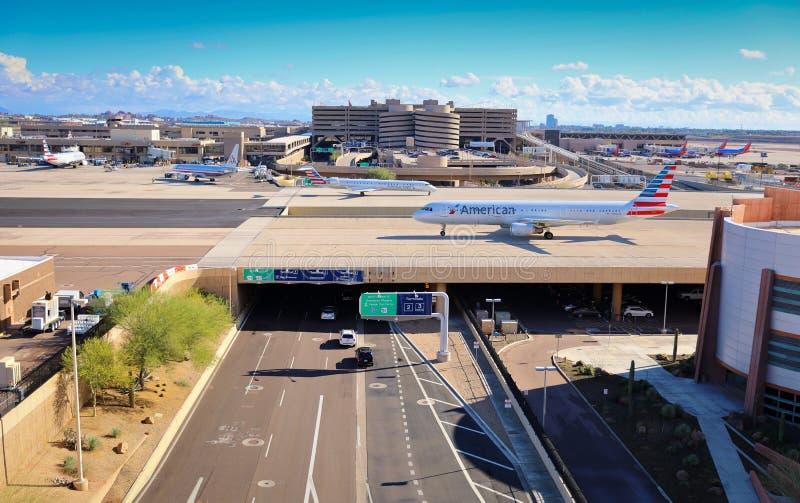 American Airlines no céu de Phoenix abriga o aeroporto imagem de stock royalty free