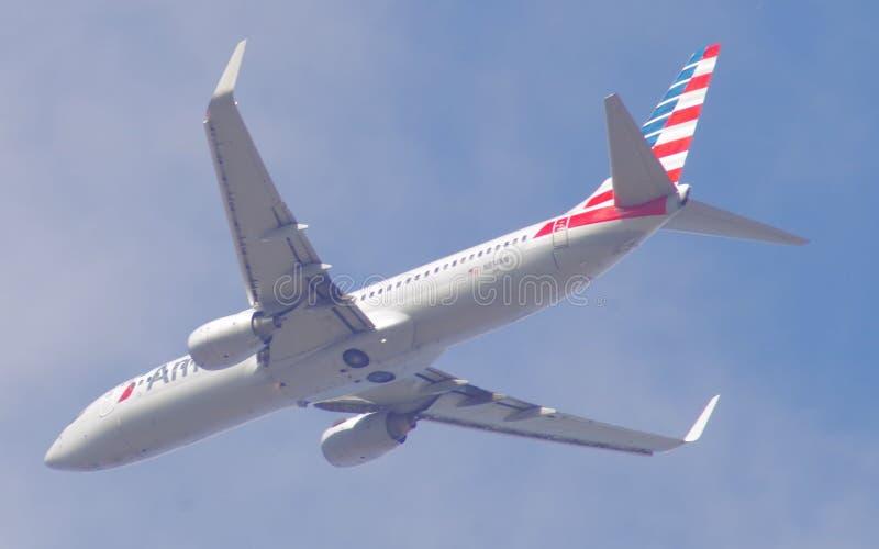 American Airlines 737-823 på inställning till JFK arkivbild