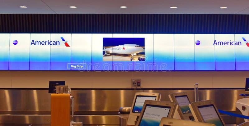 American Airlines-poort en de kiosk van de zelfbedieningscontrole in Orlando International Airport stock fotografie
