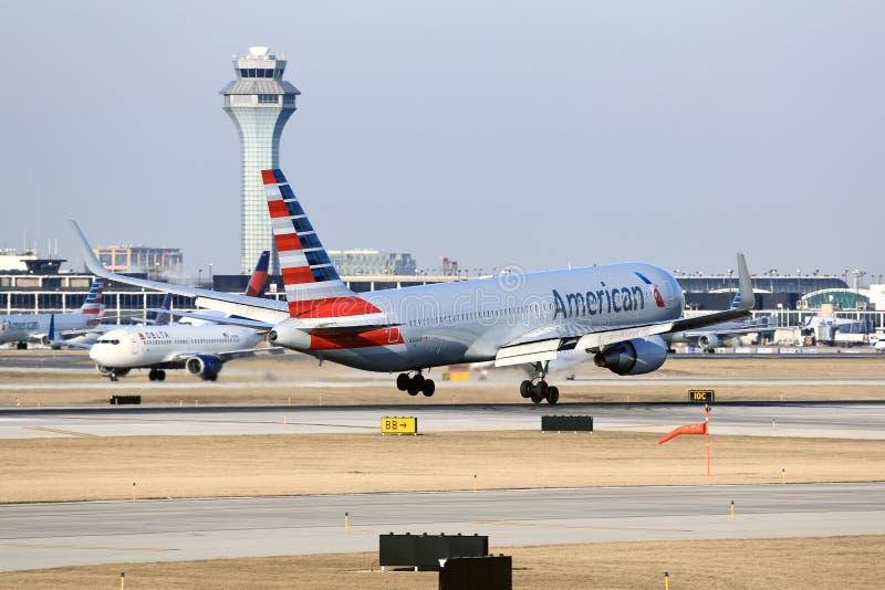 American Airlines som trycker på ner i Chicago arkivfoton