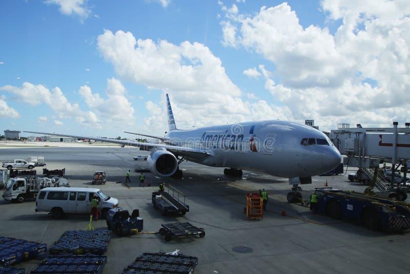 American Airlines spiana su catrame all'aeroporto internazionale di Miami immagine stock