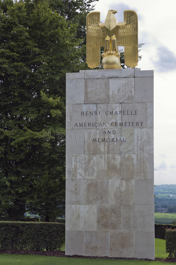 American Eagle delante de la entrada del cementerio del americano de Henri Chapelle fotografía de archivo