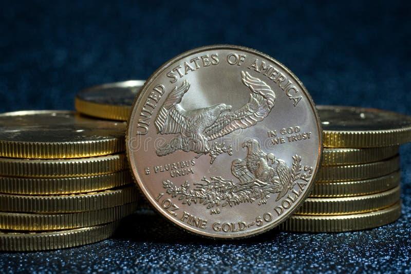 americanen coins örnguld royaltyfria bilder