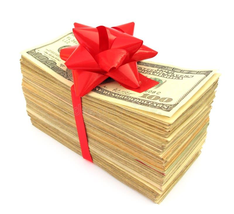 Americano 100 fatture del dollaro legate con il nastro rosso fotografia stock