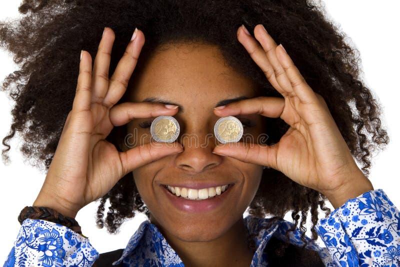 Mulher que esconde seus olhos com euro- moedas foto de stock