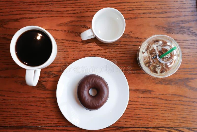Americano caliente y moca, café y buñuelo helados imagen de archivo libre de regalías