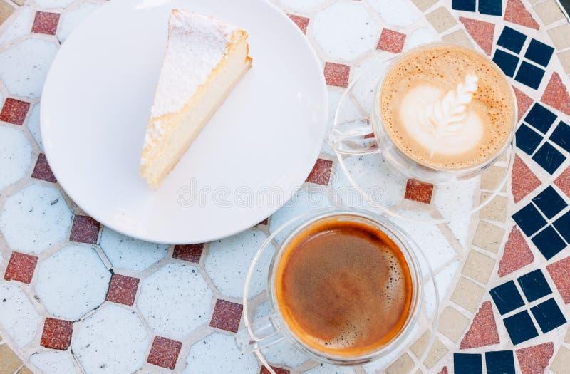 Americano, cappuccino en tofu kaastaart royalty-vrije stock foto's
