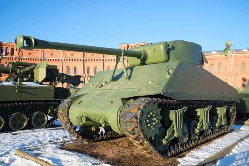 ` Americano en el museo de la artillería, día de Sherman del ` del tanque M4A2 de enero St Petersburg imagen de archivo