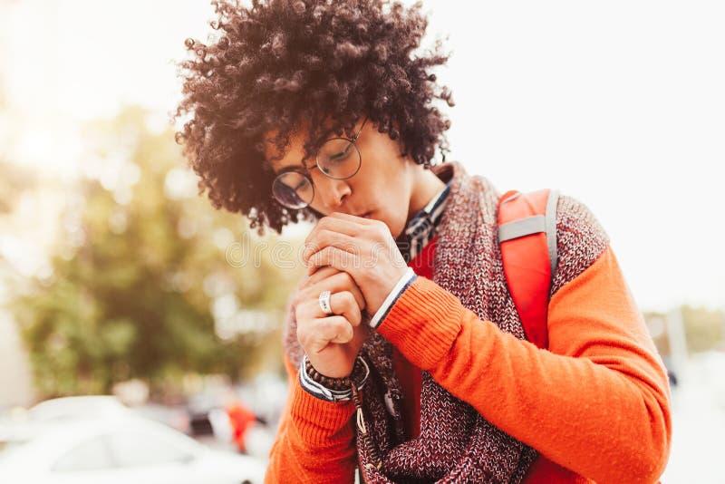 Americano encaracolado vestido elegante novo do africano negro um estudante com uma posição da trouxa na perspectiva das paredes  fotografia de stock
