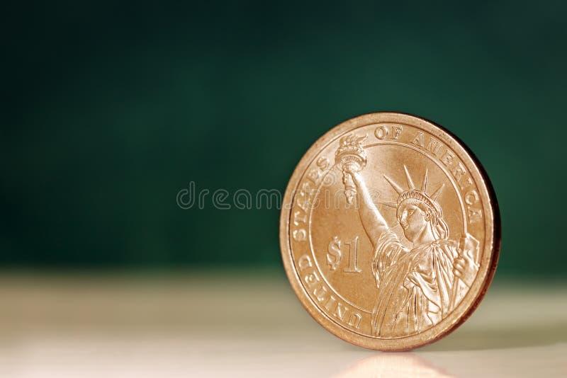 Americano uma moeda do dólar sobre o fundo verde imagens de stock