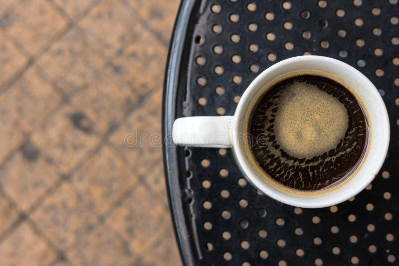 Americanokoffie in standaard witte mok stock afbeelding