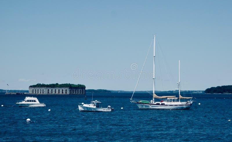 Amerikaans Burgeroorlog overzees fort achter drie witte boten stock fotografie