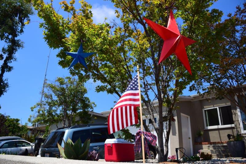 Amerikaans die Huis in Viering voor Vierde van Juli-de Parade van de Onafhankelijkheidsdag met Blauwe en Rode Sterren en Vlag wor stock afbeelding