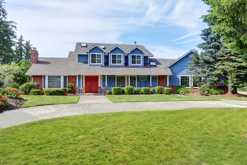 Amerikaans huis buiten met blauwe en witte versiering Ook rode voordeur royalty-vrije stock foto