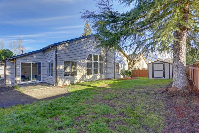 Download Amerikaans Huis Buiten Met Een Loods In De Binnenplaats Stock Afbeelding - Afbeelding bestaande uit buitenkant, flowerbed: 107701037