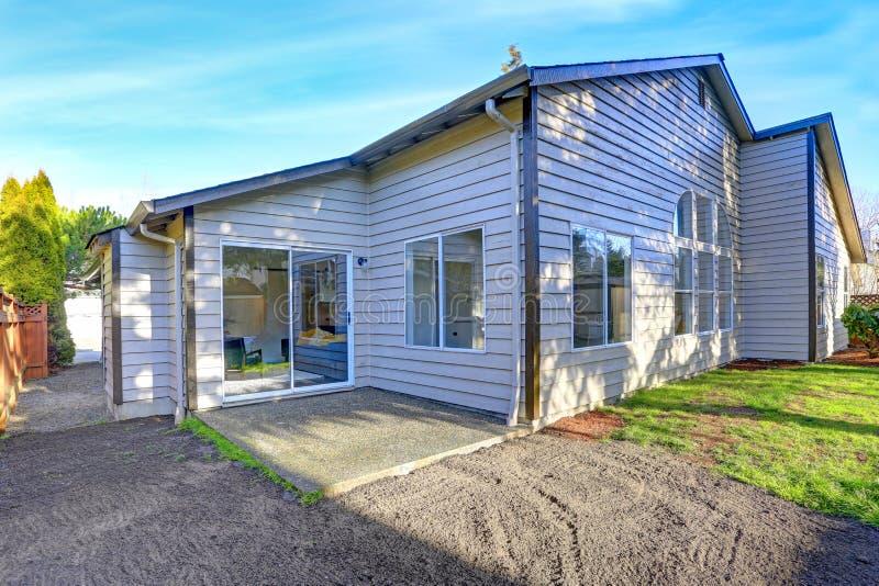 Download Amerikaans Huis Buiten Met Terrasgebied In De Binnenplaats Stock Afbeelding - Afbeelding bestaande uit gras, tuin: 107701013