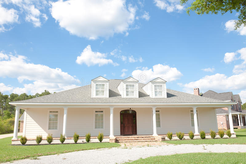 Amerikaans huis het huis van upscale van de zuidelijk stijl royalty vrije stock foto - Mode stijl amerikaans ...